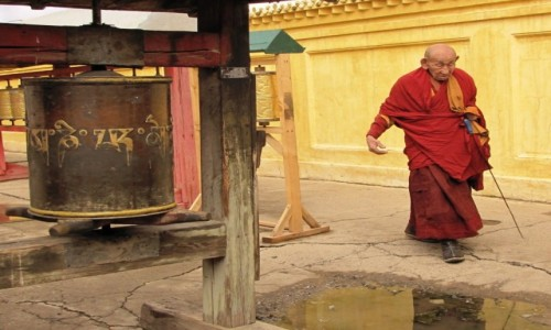 MONGOLIA / Ułan Bator /   / Mnich opodal klasztoru Gandan