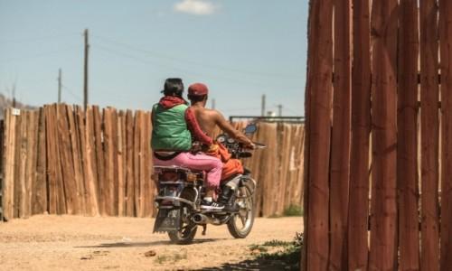 Zdjęcie MONGOLIA / płn. Mongolia / płn.Mongolia / Życie w wiosce za płotami...