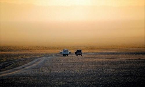 MONGOLIA / Pustynia Gobi / na skraju gór Baruun Sahyany Nuruu  / Świt na pustyni Gobi