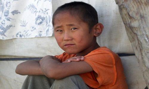Zdjecie MONGOLIA / Gobi / Mongolia / Smutny chłopiec