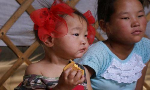 Zdjęcie MONGOLIA / Ajmak Gobi / w jurcie / Mongolskie dzieci