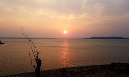 MOZAMBIK / Poł. - zachodni Mozambik / Nad brzegiem Jeziora Massingir / Jezioro Massingir
