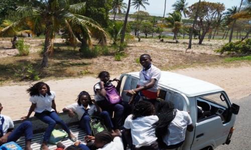 MOZAMBIK / Poł. - wschodni Mozambik  / Gdzieś po drodze  / Dzieci wesoło jechały do szkoły
