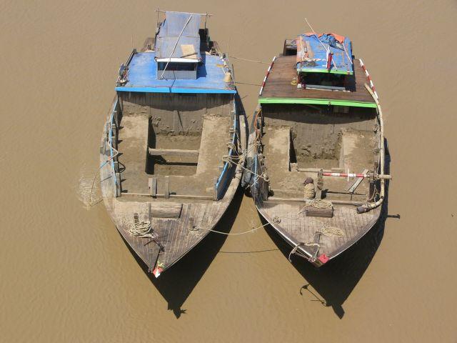 Zdjęcia: Rzeka Yangon, Yangon, Dwie łodzie, MYANMAR