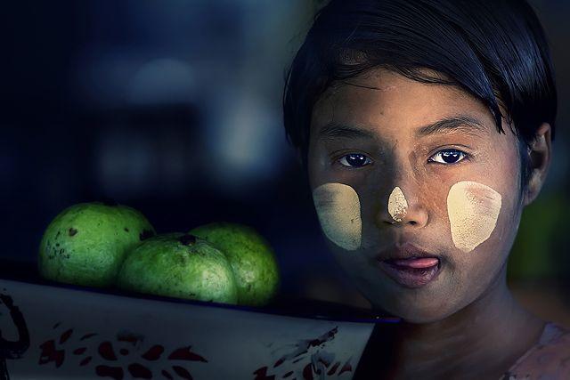 Zdjęcia: Mt Popa, Mandalay, dziewczynka z koszem, MYANMAR