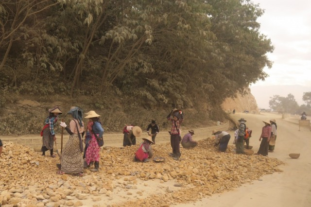 Zdjęcia: Kalaw, Kalaw, Budowa drog w Myanmar, MYANMAR