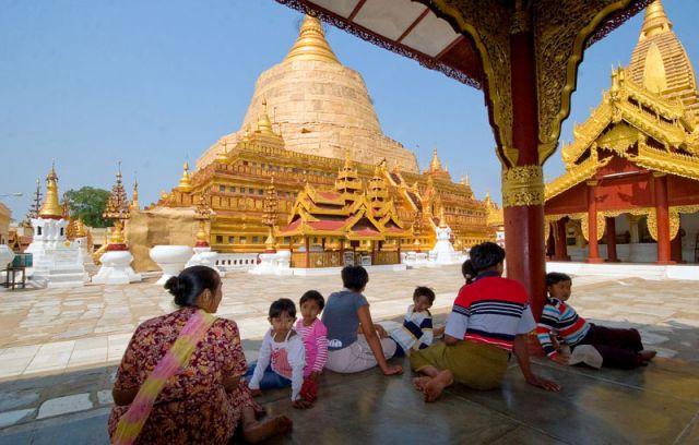 Zdjęcia: YANGUN , Rodzinna moditwa, MYANMAR