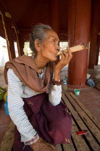 Zdjęcia: YANGUN , Palaczka opoium, MYANMAR