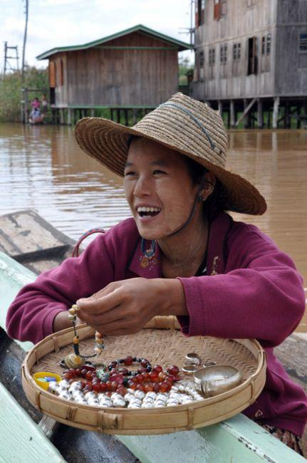 Zdjęcia: Inle Lake, Handlarka na Wodnym Markecie.. , MYANMAR