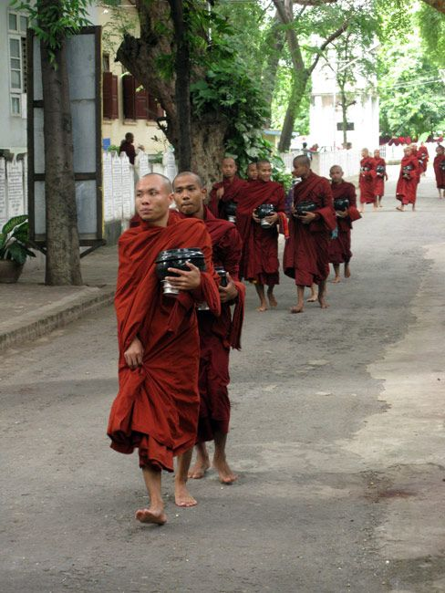 Zdjęcia: Mandalay, Mnisi w drodze po jedzenie.., MYANMAR