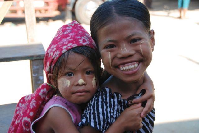 Zdjęcia: Kyaiktiyo, Rejon Góry Kyaiktiyo, Siostry, MYANMAR