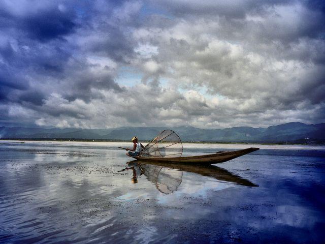Zdjęcia: Jezioro Inle ( Inle lake ), Prowincja Shan, ratując ryby od utonięcia, MYANMAR