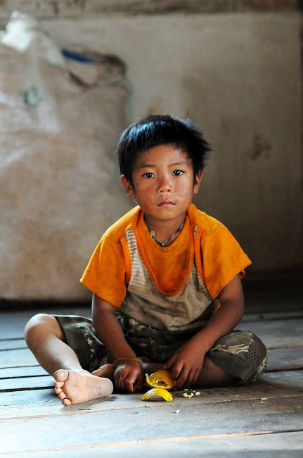 Zdjęcia: trekking do Inle Lake, Kalaw, chłopiec z pomarańczą, MYANMAR