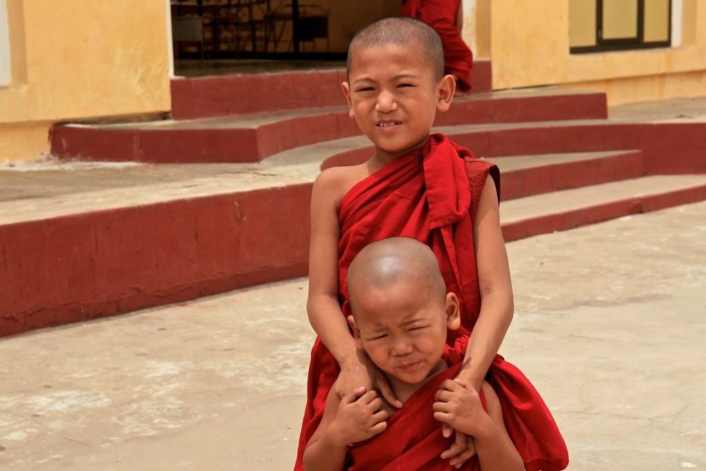 Zdjęcia: Bagan, młodzi mnisi, MYANMAR