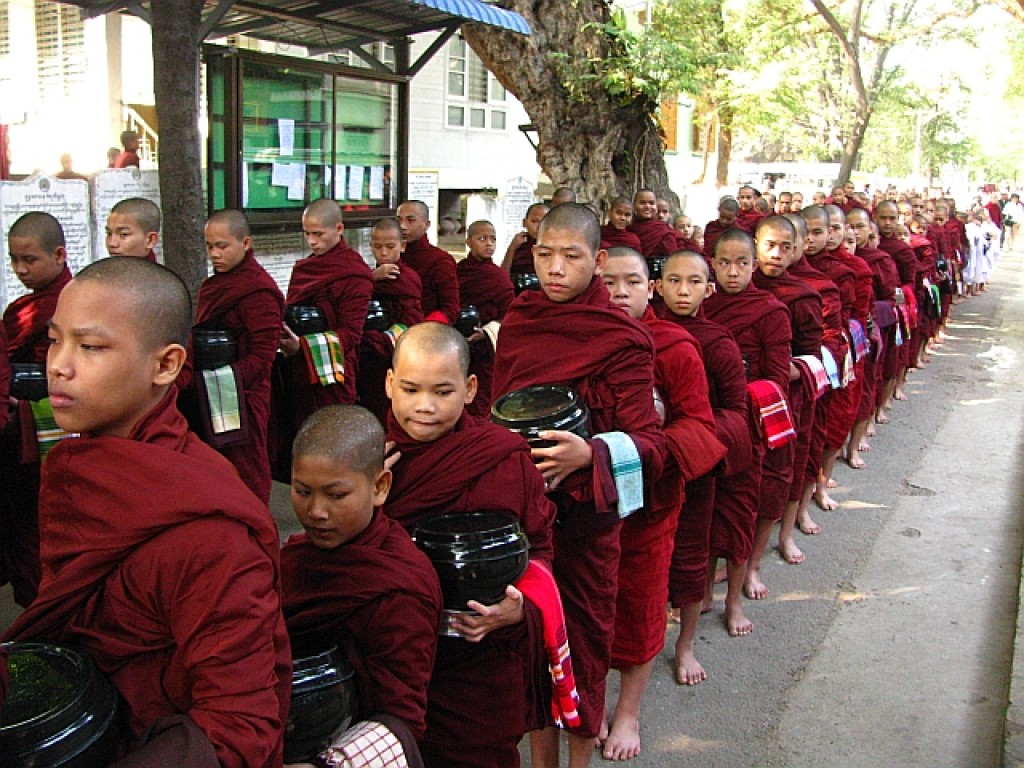 Zdjęcia: Amarapura, okolice Mandalay, posiłek mnichów, MYANMAR