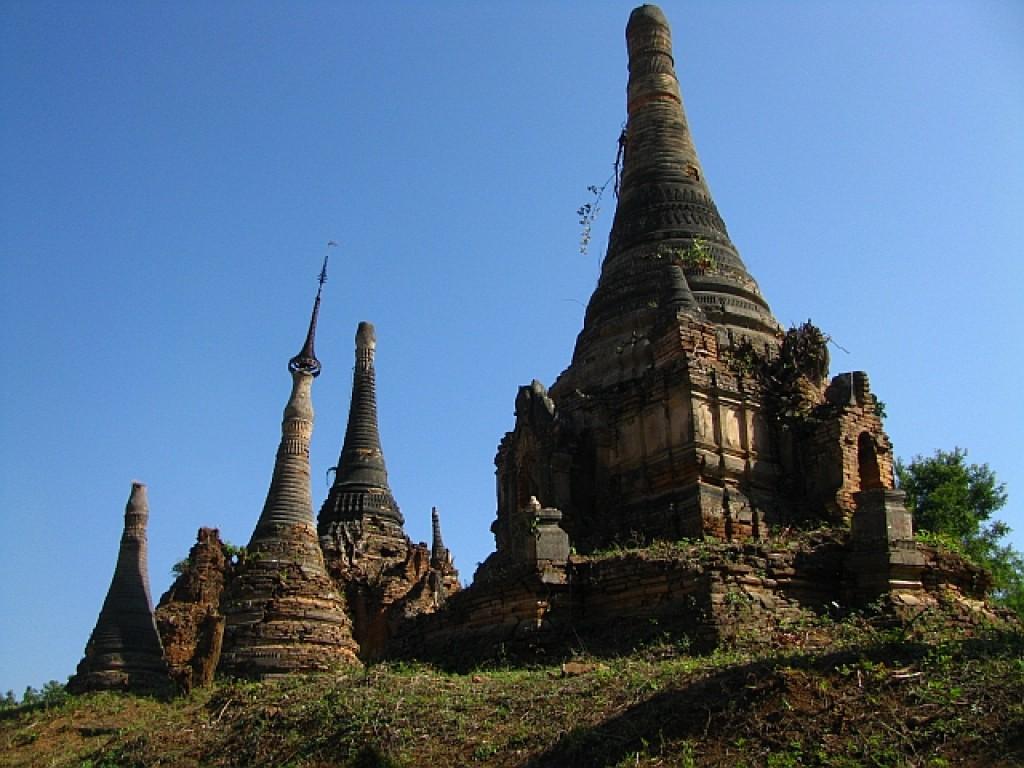 Zdjęcia: jezioro Inle, stan Shan, pagody w wiosce Inthein, MYANMAR
