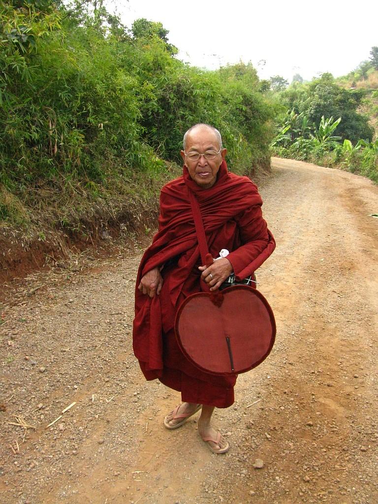 Zdjęcia: okolice jeziora Inle, stan Shan, trekking - wędrujący mnich, MYANMAR