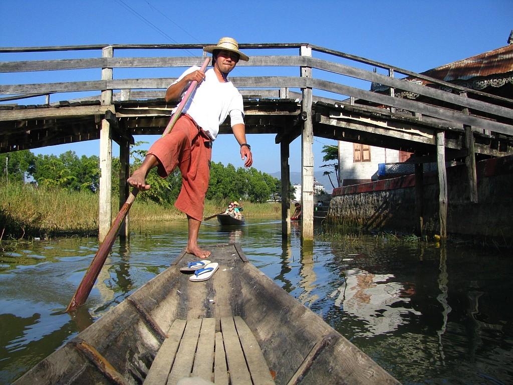Zdjęcia: okolice jeziora Inle, stan Shan, technika wiosłowania nogą, MYANMAR