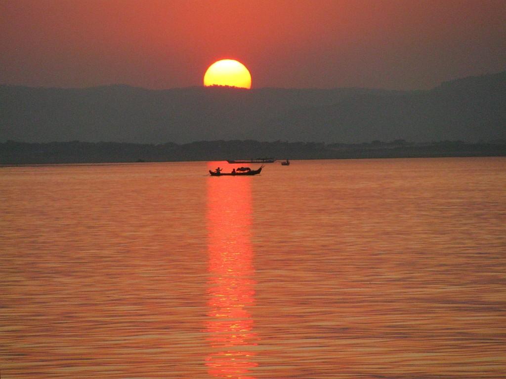 Zdjęcia: Nyaung OO, środkowa Birma, zachód  słońca nad Irawadi, MYANMAR