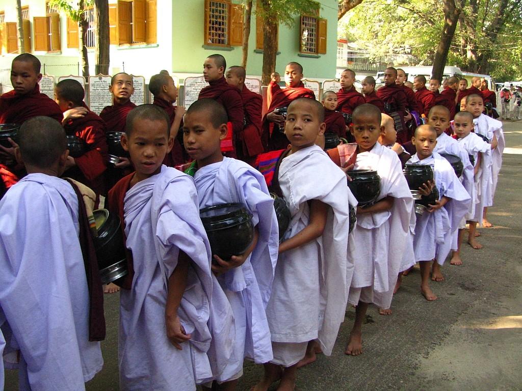 Zdjęcia: Amarapura, okolice Mandalay, w oczekiwaniu na posiłek, MYANMAR