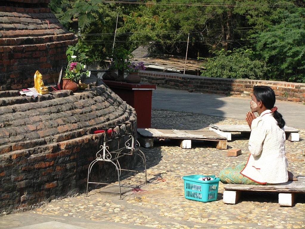 Zdjęcia: Nyaung OO, okolice Baganu, modlitwa, MYANMAR