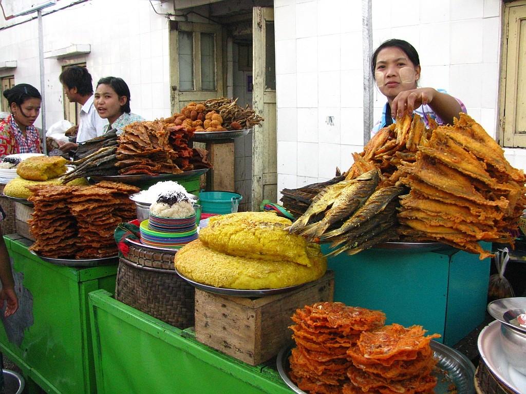 Zdjęcia: Kyaiktiyo, okolice Bago, obrazek z Kyaiktiyo, MYANMAR
