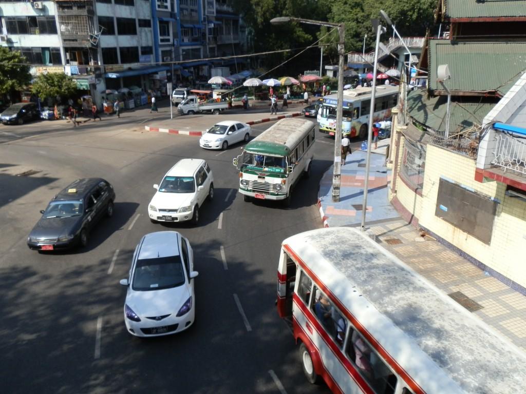 Zdjęcia: Dawna stolica, Rangon, Ruch wokół pagody, MYANMAR