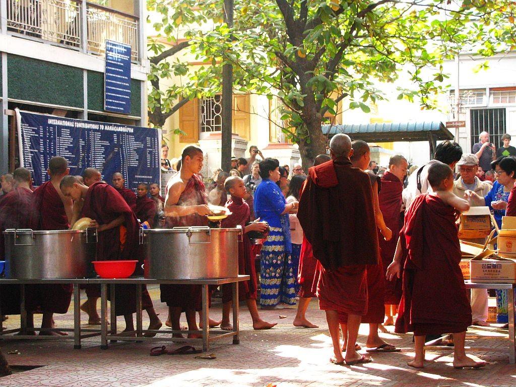 Zdjęcia: Amarapura, okolice Mandalay, nakładanie ryżu, MYANMAR