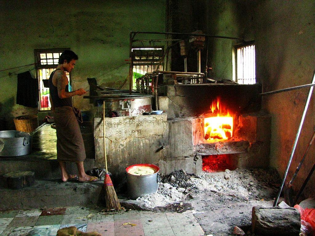 Zdjęcia: Amarapuraaa, okolice Mandalay, klasztorna kuchnia, MYANMAR