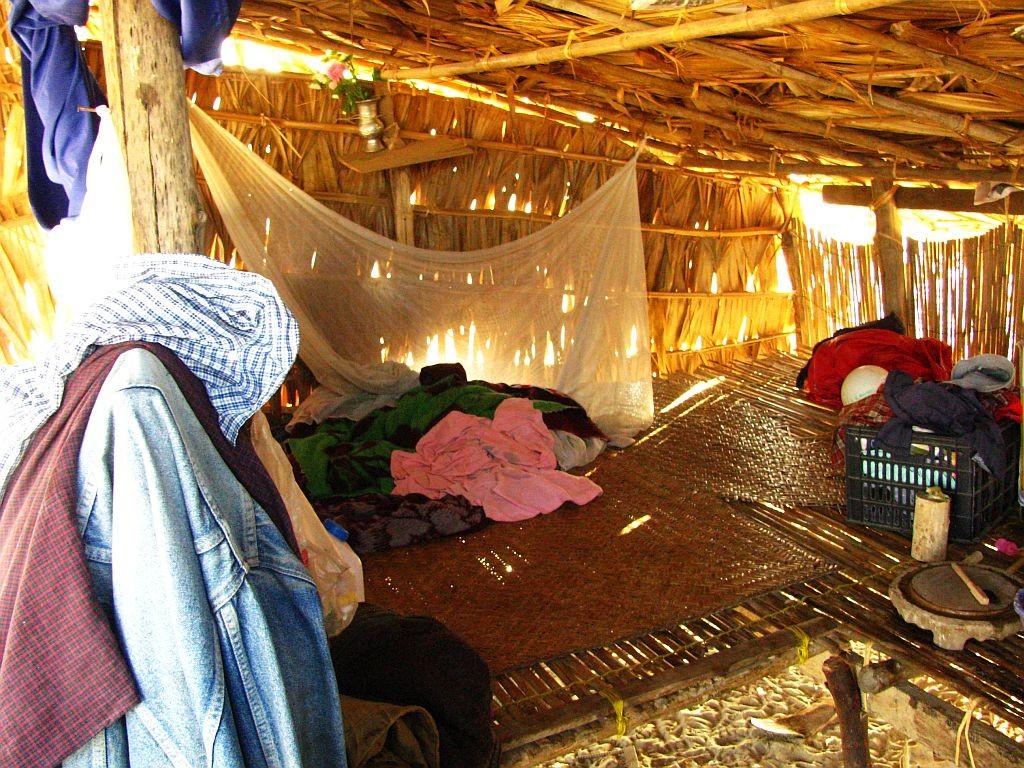 Zdjęcia: okolice Nyaung OO, centralny Myanmar, chata w wiosce Monów - sypialnia, MYANMAR