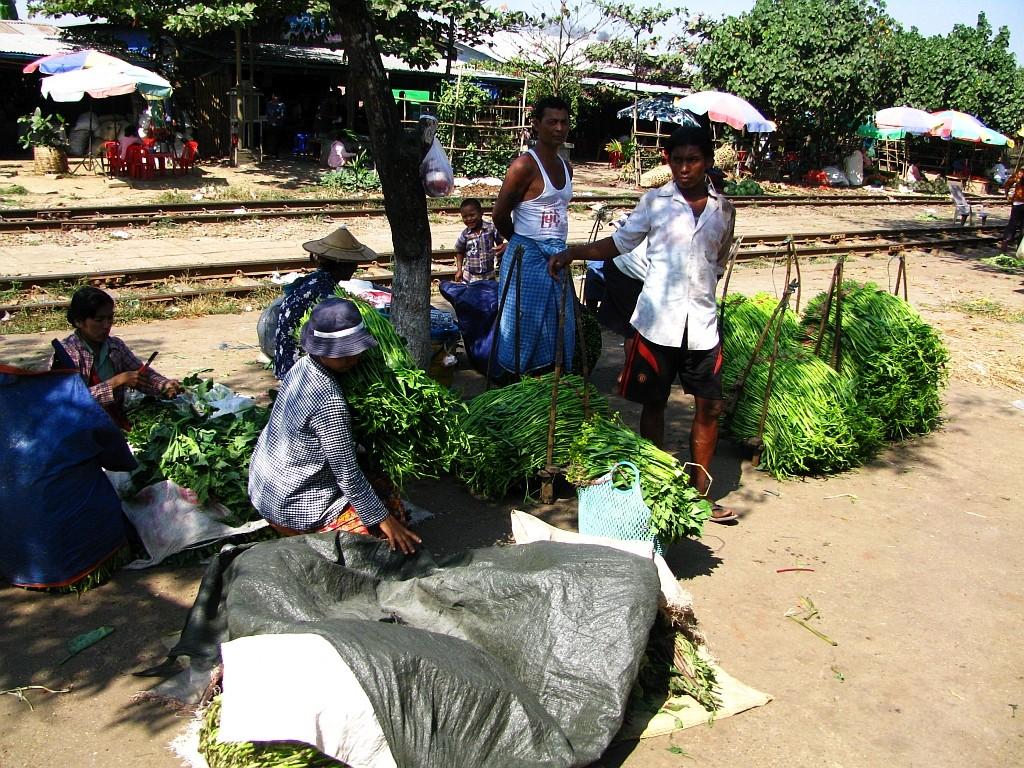 Zdjęcia: Yangon, Yangon, targ na stacji podmiejskiej kolejki, MYANMAR