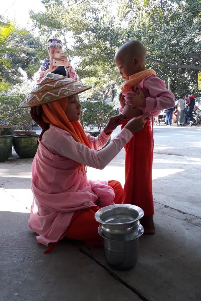 Zdjęcia: Mandalay, Mandalay, Mała mniszka z Myanmar, MYANMAR