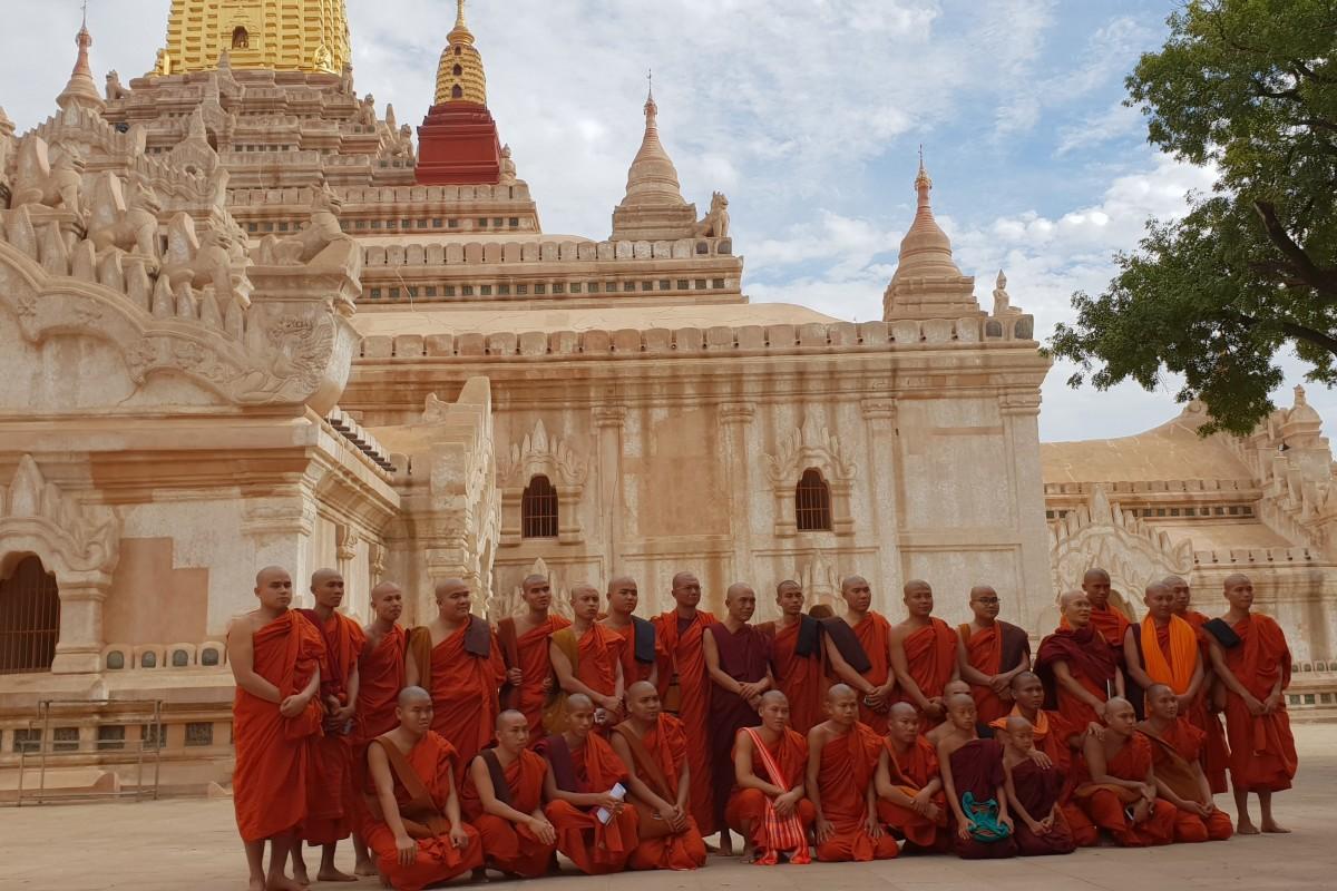 Zdjęcia: Bagan, Pagan, Mnisi w świątyni Ananda, MYANMAR