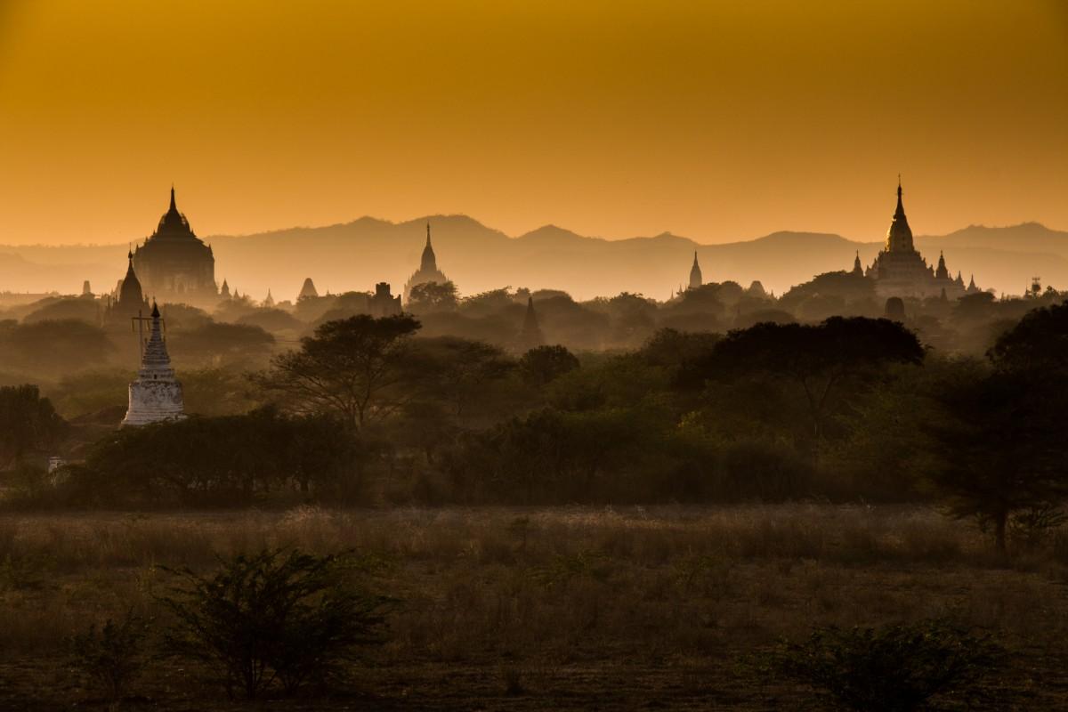 Zdjęcia: Bagan, Wschód słońca nad świątyniami Bagan, MYANMAR