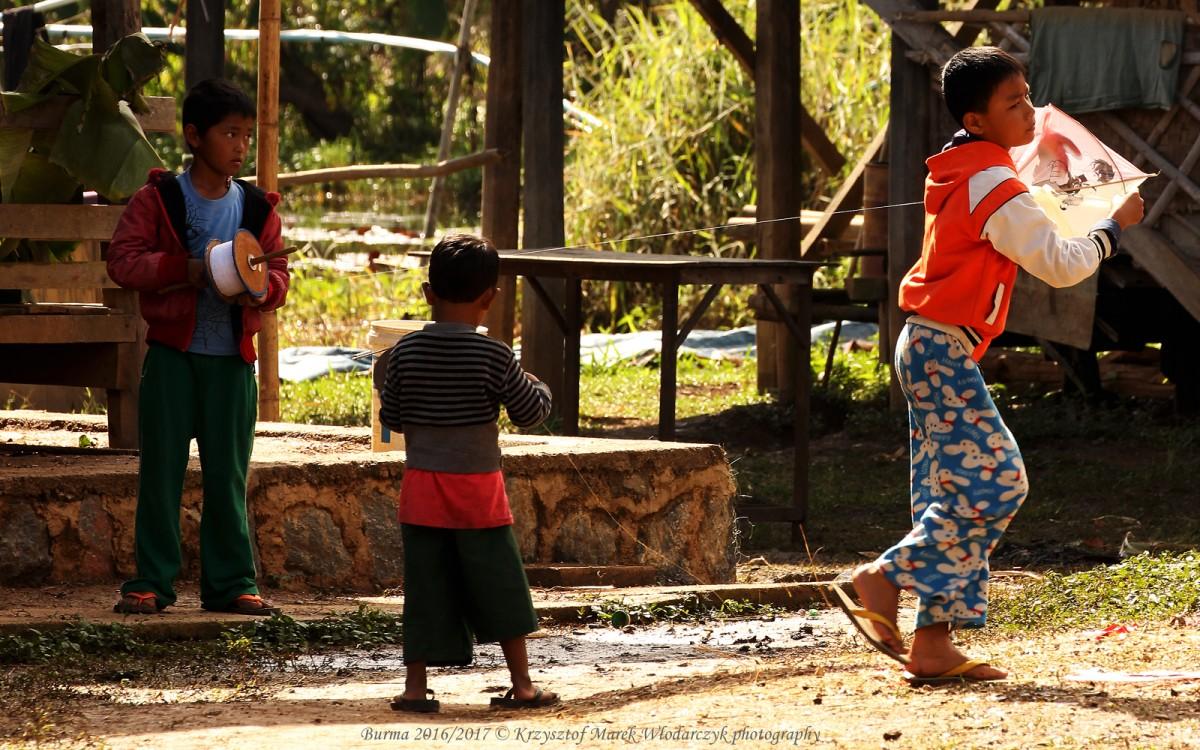 Zdjęcia: Inle Lake, Taunggyi District, Myanmar (Birma), dziecięce zabawy w wiosce Nam Hu..., MYANMAR