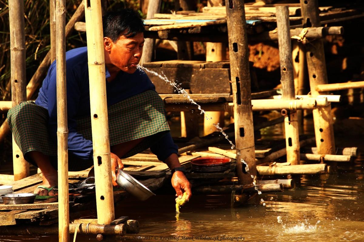 Zdjęcia: Inle Lake, Taunggyi District, Myanmar (Birma), fontanna z wioski Nam Hu..., MYANMAR
