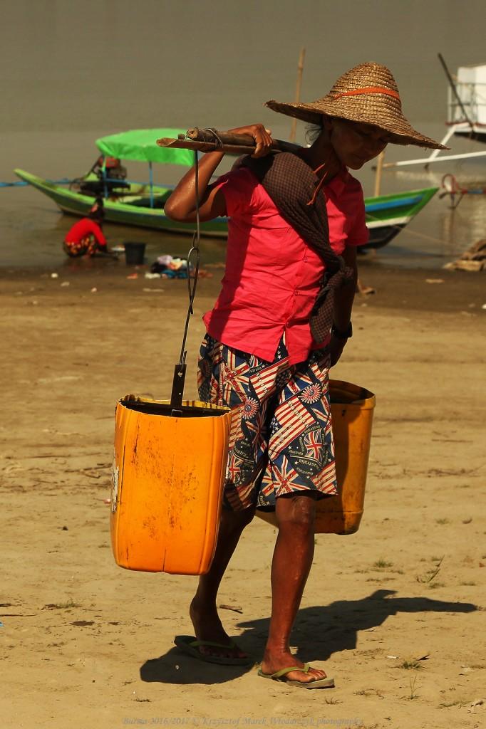 Zdjęcia: Nyaung U, Prowincja Mandalaj, Myanmar (Birma), kobieta nosząca wodę, MYANMAR