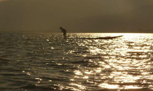 Zdjęcie MYANMAR / Inle / Jezioro / Łodzie o zachodzie I