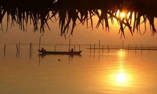Zdjecie MYANMAR / Amarapura / Jezioro / Łodzie o zachod
