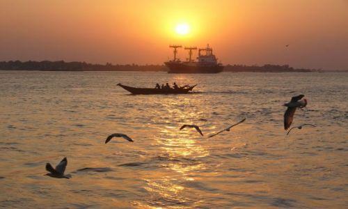 Zdjecie MYANMAR / Yangon / Rzeka / Łodzie o zachod