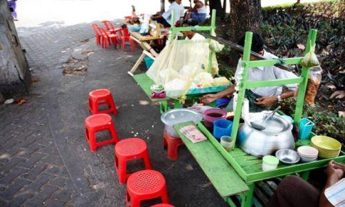 Zdjecie MYANMAR / - / Yangon / Street Bar