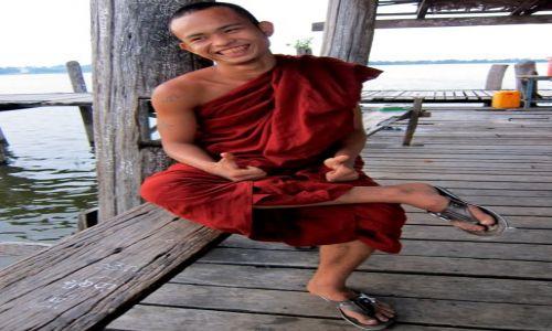 Zdjęcie MYANMAR / Myanmar / gdzies po drodze... / Wesoly mnich