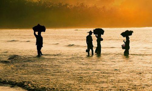 Zdjecie MYANMAR / Rakhine / Ngapali / w drodze na targ