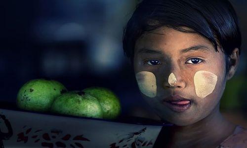 Zdjecie MYANMAR / Mandalay / Mt Popa / dziewczynka z koszem