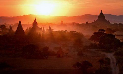Zdjecie MYANMAR / Mandalay / Bagan / w basniowej krainie