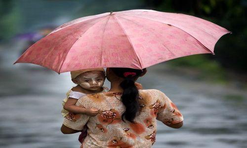 MYANMAR / Rakhine / Ngapali / Pod matczynym parasolem