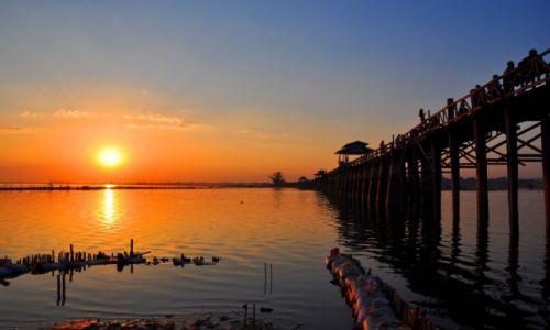 Zdjecie MYANMAR / Amarapura, przedmieścia Mandalay / Amarapura / Zachód słońca widziany z mostu tekowego w Amarapurze, Birma