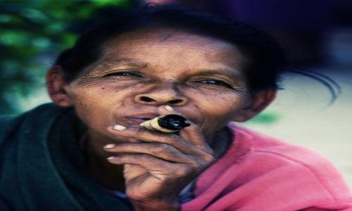 Zdjęcie MYANMAR / Mandalay / Bagan / have a cigar