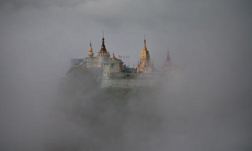 Zdjecie MYANMAR / Mandalay / Mt Popa / wysoko w chmura