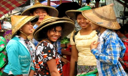 Zdjęcie MYANMAR / Bago / Bago / Market girls